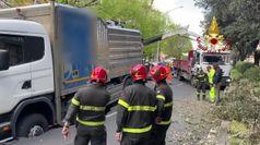 Un camion sprofonda in un'enorme voragine a Roma