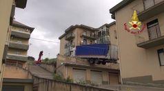 Palermo, rimosso il camion in bilico sulle case a Caccamo