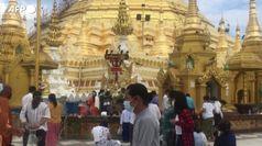 Birmania, i fedeli al tempio di Shwedagon per il Capodanno