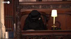 Funerali Filippo, la Regina seduta da sola da' l'addio a suo marito