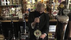 Londra, Johnson si serve una birra per celebrare la riapertura dei pub